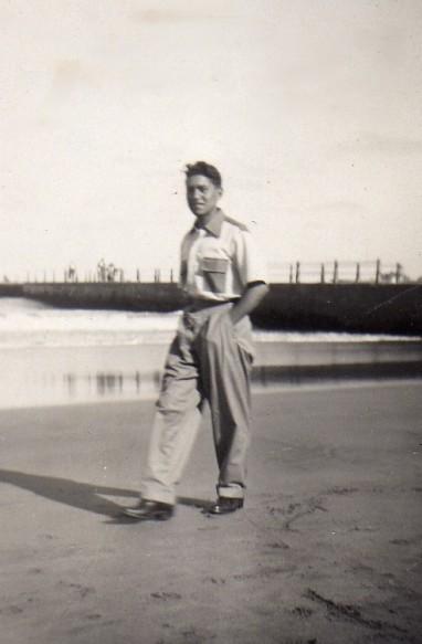 ramon-joven-paseando-por-el-mar-2.jpg